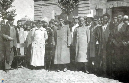 صمد خان مراغه ای در کنار افسران روس