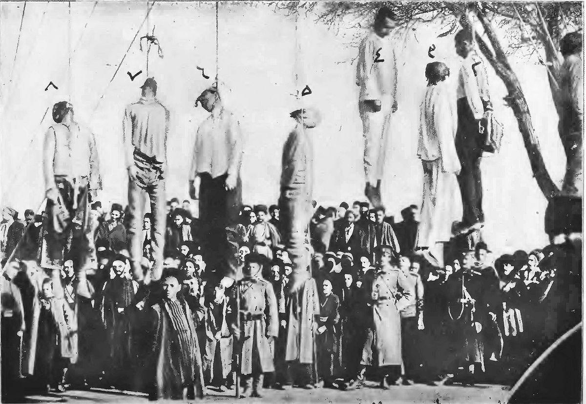 اولین گروه از آزادی خواهان اعدام شده به دست ارتش روسیه در تبریز. ثقه الاسلام پنجمین نفر از سمت راست است
