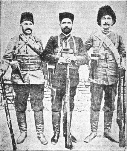 از چپ به راست: آرشاک گافاویان معروف به کِری، یپرمخان . کری خان بعد از مرگ یپرم خان جنگ در کرمانشاه را ادامه داد