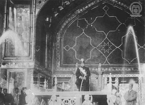 مراسم تاجگذاری احمد شاه در 18 سالگی. کمتر از دو روز بعد جنگ جهانی اول در اروپا آغاز شد