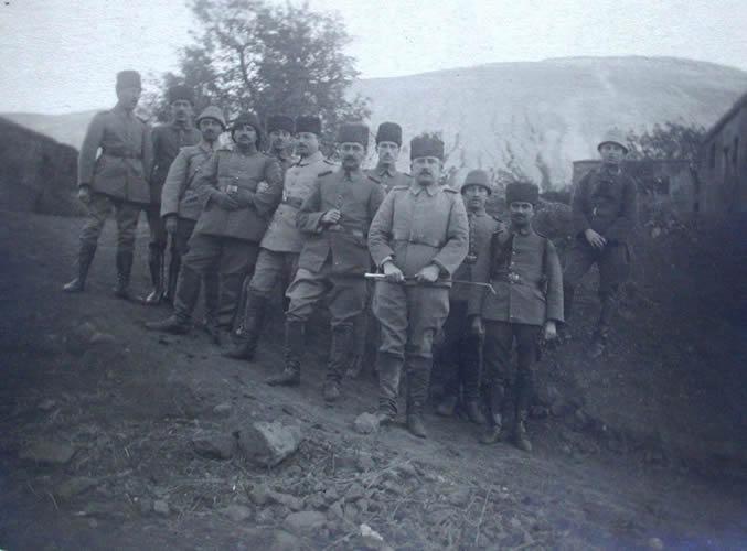 سربازان عثمانی در تبریز.کمتر از 6 ماه بعد از شروع جنگ جهانی خاک ایران به صحنه درگیری کشورهایی نظیر روسیه، عثمانی و انگلستان با یکدیگر شد