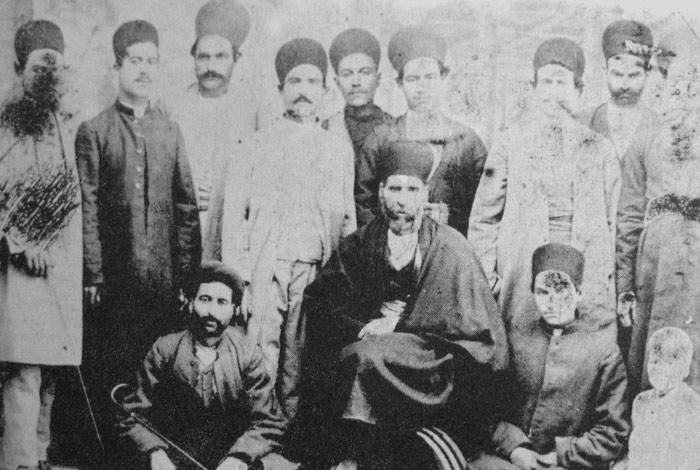 نایب حسین کاشی یاغی معروف(در نشسته درمرکز عکس) در کنار یارانش